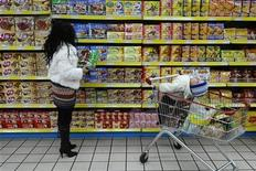 <p>A customer shops at a supermarket in Changzhi, Shanxi province March 12, 2009. REUTERS/Stringer</p>