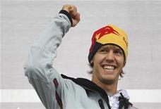 <p>Sebastian Vettel acena para os fãs em sua cidade de Heppenheim, na Alemanha. O novo campeão mundial de Fórmula 1 vai guiar o carro com o qual conquistou o título pela equipe Red Bull na ruas de Berlim, no sábado. 21/11/2010 REUTERS/Alex Domanski/Arquivo</p>