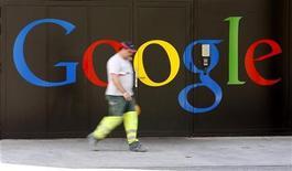 <p>Google a signé un accord avec des auteurs français du cinéma et de l'audiovisuel en vue de diffuser leurs contenus sur YouTube, sa plateforme internet de vidéo. /Photo prise le 25 mai 2010/REUTERS/Arnd Wiegmann</p>