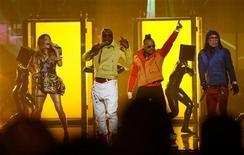 <p>Black Eyed Peas выстуапют на церемонии American Music Awards в Лос-Анджелесе 21 ноября 2010 года. Black Eyed Peas выступят во время перерыва матча за звание чемпиона Национальной футбольной лиги (NFL) 6 февраля 2011 года, сообщила группа на своем сайте. REUTERS/Mario Anzuoni</p>