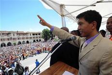 <p>Madagascan President Andry Rajoelina addresses supporters in the capital Antananarivo February 14, 2009. REUTERS/Carl Hocquart (MADAGASCAR)</p>