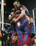<p>Jogadores do Barcelona comemoram gol contra o Real Madrid nesta segunda-feira. REUTERS/Gustau Nacarino</p>