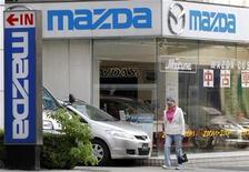 <p>Imagen de archivo de una tienda de Mazda en Tokio. Oct 18 2010 La japonesa Mazda Motor y la correduría Sumitomo Corp invertirán entre 30.000 millones y 40.000 millones de yenes (355 a 475 millones de dólares) para construir una planta de ensamblaje de autos en México que abastecerá a América Latina, dijo el martes el diario Nikkei. REUTERS/Toru Hanai/ARCHIVO</p>