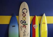 <p>Imagen de archivo de una tabla de surf con el logo de Google en Santa Mónica, California. Oct 11 2010 Los reguladores antimonopolio de la Unión Europea iniciaron el martes una investigación formal a Google, luego de que varios proveedores de servicios de búsqueda se quejaran de que la empresa abusa de su posición dominante. REUTERS/Lucy Nicholso/ARCHIVO</p>