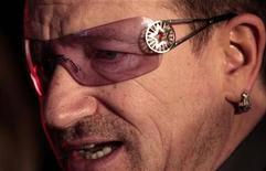 <p>El líder del grupo U2, Bono, durante la inauguración del Día Mundial contra el sida en Sídney, nov 30 2010. Los tiempos económicos difíciles en los países desarrollados están debilitando los esfuerzos para detener la expansión mundial del sida, dijo el martes el cantante de U2, Bono. REUTERS/Tim Wimborne</p>