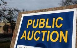 """<p>Надпись """"публичный аукцион"""" перед закрытым заводом компании Pontiac, 4 ноября 2010 года. Аукционный дом Лос-Анджелеса выставит на продажу гроб Ли Харви Освальда, единственного официального подозреваемого в убийстве американского президента Джона Кеннеди. REUTERS/Rebecca Cook</p>"""