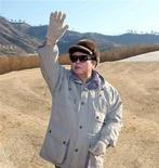 """<p>Глава Северной Кореи Ким Чен Ир машет строителям на стройке электростанции в Пхеньяне 4 ноября 2010 года. Северокорейское государственное информагентство не перестает удивлять познавательной информацией о """"Великом руководителе"""" Ким Чен Ире. REUTERS/KCNA</p>"""