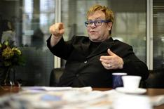 <p>Elton John é visto na sala de reuniões do jornal britânico The Independent, em Londres, 30 de novembro de 2010. REUTERS/Dylan Martinez</p>