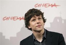 """<p>O ator Jesse Eisenberg posa para foto na estreia do filme """"A Rede Social"""" em Roma, 1o de novembro de 2010. REUTERS/Alessia Pierdomenico</p>"""