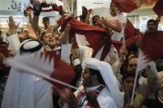 <p>Torcedores e jornalistas do Catar comemoram a escolha do país como sede da Copa do Mundo de 2022. REUTERS/Khaled Abdullah</p>