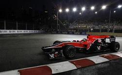 """<p>Пилот команды """"Вёрджин"""" Тимо Глок проходит 17-й поворот во время первой практики на """"Гран-при Сингапура"""" 24 сентября 2010 года. Германский пилот автогонок класса """"Формула 1"""" Тимо Глок в пятницу опроверг слухи о возможном уходе из """"Вёрджин"""" и заявил, что он останется в команде на предстоящий сезон. REUTERS/Vivek Prakash</p>"""