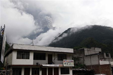Ecuador's Tungurahua volcano spews molten rocks and large clouds of gas and ash near Banos, about 178 km (110 miles) south of Quito, December 4, 2010. REUTERS/Stringer