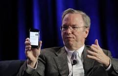 """<p>Eric Schmidt, le directeur de Google, avec un protype de smartphone sous Android Gingerbread. Google a lancé lundi le Nexus S, son deuxième smartphone sous marque propre, conçu par Samsung. Le téléphone mobile du moteur de recherche sur internet est équipé d'un grand écran tactile de 4 pouces (10,16 centimètres), de la dernière version d'Android baptisée """"Gingerbread"""" et d'un système de paiement sans fil pouvant remplacer la carte bancaire. /Photo d'archives/REUTERS/Robert Galbraith</p>"""