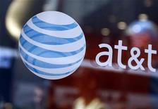 <p>Foto de archivo del logo de AT&T en su tienda de Times Square en Nueva york, abr 21 2010. AT&T, el segundo operador móvil más grande de Estados Unidos, espera que los márgenes de utilidades de telefonía celular en el cuarto trimestre sean mayores que en el trimestre anterior, dijo el presidente financiero de la compañía, Rick Lindner. REUTERS/Shannon Stapleton</p>