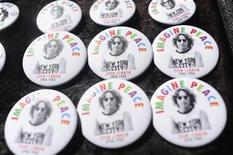 <p>Imagen de archivo de placas con fotos de John Lennon en Nueva York. Oct 9 2010 La revista Rolling Stone publicó por primera vez completa una entrevista con John Lennon realizada tres días antes de que el ex Beatle muriera baleado en Nueva York. REUTERS/Keith Bedford</p>