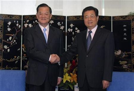 Chinese President Hu Jintao (R) shakes hands with the honorary chairman of Taiwan's ruling Nationalist Party Lien Chan during a meeting on the sidelines of the Asia-Pacific Economic Cooperation (APEC) summit in Lima November 21, 2008. REUTERS/Handout
