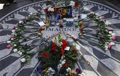 """<p>Una serie de recuerdos y flores sobre el mosaico """"Imagine"""" en recuerdo a John Lennon en Nueva York, dic 8 2010. Una multitud se reunió el miércoles alrededor del mosaico """"Imagine"""" en Central Park en el aniversario 30 de la muerte de John Lennon, para compartir su música y recordar cuando se enteraron del asesinato del ex Beatle. REUTERS/Mike Segar</p>"""