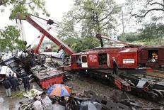 <p>Спасатели разбирают завалы на месте столкновению двух поездов в пригороде Дакки 9 декабря 2010 года. По меньшей мере пять человек погибли и 50 получили травмы в железнодорожной катастрофе в Бангладеш в среду, сообщила полиция. REUTERS/Andrew Biraj</p>