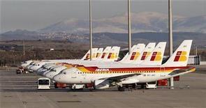 <p>Aviones de la aerolínea Iberia en un aeropuerto en Madrid. Dic 4 2010 La aerolínea española Iberia ha llegado a un principio de acuerdo con los sindicatos de los tripulantes de cabina para renovar los contratos de trabajo y seguir con su plan de lanzar una marca de bajo costo llamada Iberia Express, dijo el jueves el sindicato Sitcpla. REUTERS/Juan Medina</p>