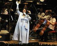 <p>Imagen de archivo de la cantante Aretha Franklin, durante una presentación en Filadelfia. Jul 27 2010 La cantante de soul Aretha Franklin, quien recientemente se sometió a una cirugía por motivos que no fueron dados a conocer, tendría cáncer de páncreas, informó el miércoles en su sitio web el diario Detroit News. REUTERS/John Randolph/ARCHIVO</p>