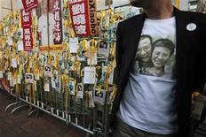 <p>Un protestante con una polera del ganador del premio Nobel de la Paz Liu Xiaobo y su esposa, en una manifestación en Hong Kong. Dic 5 2010 China no cederá a presión externa por el encarcelado ganador del Nobel de la Paz Liu Xiaobo, declaró el jueves el Ministerio de Relaciones Exteriores, tomando un tono combativo el día previo a la entrega formal del premio. REUTERS/Tyrone Siu</p>