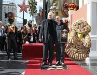 """<p>Imagen de archivo del creador del Cirque du Soleil, Guy Laliberte (der), junto al director de cine James Cameron, durante una ceremonia en Hollywood. Nov 22 2010 El director de cine del éxito """"Avatar"""", que cambió el séptimo arte para siempre, se unirá al Cirque du Soleil, la compañía canadiense que le dio al circo un nuevo significado, para hacer una película. REUTERS/Fred Prouser/ARCHIVO</p>"""