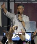 <p>Премьер-министр Косово Хашим Тачи приветствует сторонников Демократической партии Косово (ДПК), 13 декабря 2010 года. Премьер-министр Косово Хашим Тачи объявил о победе Демократической партии Косово (ДПК) на первых выборах со времен провозглашения независимости от Сербии в 2008 году. REUTERS/Oleg Popov</p>