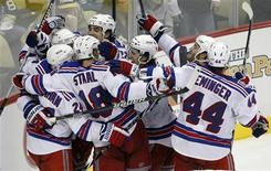 """<p>Игроки """"Нью-Йорк Рейнджерс"""" радуются шайбе, заброшенной в ворота """"Питсбурга"""", в Питсбурге 15 ноября 2010 года. """"Нью-Йорк Рейнджерс"""" разгромили """"Вашингтон"""" со счетом 7-0 в прошедшее воскресенье, что стало шестым подряд поражением столичной команды. REUTERS/Jason Cohn</p>"""