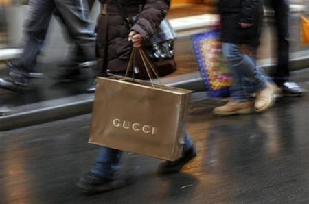 Shoppers stroll along Condotti street during the Christmas season in downtown Rome December 21, 2009. REUTERS/Alessia Pierdomenico