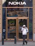 <p>Imagen de archivo de una tienda de Nokia en Helsinki. Sep 29 2010 Nokia postergó la salida de su siguiente modelo de primera calidad hasta el próximo año, otro golpe para los planes del fabricante de celulares para recuperar el terreno perdido frente a Apple y Google en el mercado de los teléfonos inteligentes. REUTERS/Bob Strong/ARCHIVO</p>
