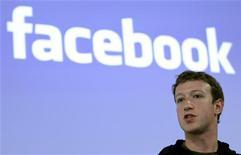 <p>Глава Facebook Марк Цукерберг выступает на пресс-конференции в Пало-Альто, штат Калифорния, 26 мая 2010 года. Журнал Time назвал основателя социальной сети Facebook Марка Цукерберга человеком года. REUTERS/Robert Galbraith</p>