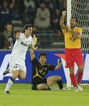 <p>Diego Milito comemora gol marcado pela Inter de Milão na semifinal do Mundial de Clubes contra o Seongnam. 15/12/2010 REUTERS/Fadi Al-Assaad</p>