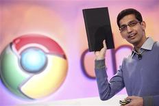 """<p>Sundar Pichai, vice-président chargé de la gestion des produits chez Google, présente un ordinateur portable équipé du système d'exploitation Chrome OS. Selon les analystes, les nouveaux ordinateurs portables Chrome de Google devraient recevoir un accueil frileux en Chine, en raison des frictions entre le moteur de recherche et Pékin et du fléchissement des ventes de """"netbooks"""" dans le pays. /Photo prise le 7 décembre 2010/REUTERS/Beck Diefenbach</p>"""