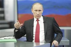 <p>Премьер-министр РФ Владимир Путин во время ежегодной телевизионной прямой линии с народом, Москва 16 декабря 2010 года. Премьер-министр России ВладимирПутин говорит, что озабочен проникновением криминала во власть в результате прямых выборов в муниципалитетах. REUTERS/Alexsey Druginyn/RIA Novosti/Pool</p>