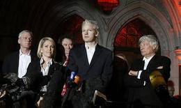 <p>Fundador do site WikiLeaks, Julian Assange, concede entrevista do lado de fora da Alta Corte de Londres. 16/12/2010 REUTERS/Stefan Wermuth</p>