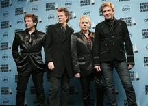 """<p>Члены группы Duran Duran на церемонии American Music Awards в Лос-Анджелесе 18 ноября 2007 года. Группа Duran Duran, прославившаяся в 1980-е благодаря своим стильным видеоклипам, 21 декабря выпустит новый альбом, который получил название """"All You Need is Now"""". REUTERS/Mario Anzuoni</p>"""