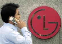 <p>Imagen de archivo del logo de LG en la sede de la empresa en Seúl. nov 6 2010. LG dijo el lunes que impulsará la inversión prevista para el 2011 en un 12 por ciento hasta el récord de 18.200 millones de dólares, en un intento por revivir el decaído negocio de dispositivos portátiles. REUTERS/Choi Bu-Seok/Archivo</p>