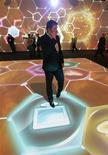"""<p>Мужчина разговаривает по телефону на Международном форуме нанотехнологий Роснано в Москве 3 декабря 2008 года. Сотовые операторы """"большой тройки"""" - МТС, Вымпелком и Мегафон - испытывают проблемы с предоставлением связи в некоторых районах северо-запада Москвы, но обещают все починить к концу дня, сообщили представители компаний. REUTERS/Alexander Natruskin</p>"""