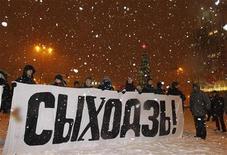 """<p>Группа протестующих держит плакат """"Уходи!"""" в центре Минска 20 декабря 2010 года. Белорусская оппозиция объявила о начале кампании солидарности с активистами, арестованными после разгона многотысячного митинга, участники которого протестовали против переизбрания на четвертый срок белорусского президента Александра Лукашенко. REUTERS/Vasily Fedosenko</p>"""