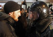 <p>Милиционер разговаривает с человеком во время операции по предотвращению вспышек насилия на национальной почве в Москве 15 декабря 2010 года. Вспышка ксенофобии и насилия в России чревата развалом страны, сказал премьер-министр Владимир Путин на встрече с лидерами футбольных болельщиков, недавно доказавших ему свою силу на митинге под расистскими лозунгами у стен Кремля. REUTERS/Denis Sinyakov</p>