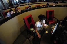 <p>Люди в интернет-кафе в Хэфэе 8 июня 2010 года. Высокоскоростной интернет оказал самое большое технологическое влияние на общество за прошедшее десятилетие, и большинство людей не представляют жизни без него. REUTERS/Stringer</p>