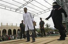 <p>Человека бьют плетьми у мечети в индонезийской провинции Ачех 3 апреля 2009 года. Иранец получил 80 ударов плетьми прилюдно за употребление алкоголя, сообщило информационное агентство ISNA в среду. REUTERS/Tarmizy Harva</p>