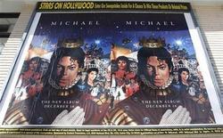<p>Un afiche promocional del disco póstumo del cantante Michael Jackson en Hollywood, dic 8 2010. El primer álbum póstumo de estudio de Michael Jackson fue el disco más vendido en casi todo el mundo durante su primera semana de lanzamiento, dijo el miércoles su sello, pero se ubicó en un modesto número tres en su debut en Estados Unidos. REUTERS/Fred Prouser</p>