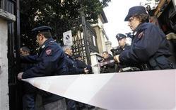 <p>Сотрудники полиции около посольства Чили в Риме, 23 декабря 2010 года. Итальянская анархистская группа взяла на себя ответственность за взрывы бомб, замаскированных под посылки, в четверг, в результате которых ранения получили два человека в посольствах Швейцарии и Чили. REUTERS/Alessandro Bianchi</p>