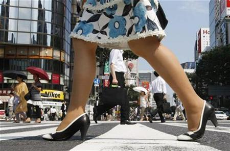 Pedestrians walk past on a pedestrian crossing at Tokyo's Ginza shopping district July 16, 2009. REUTERS/Issei Kato