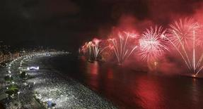 <p>Fireworks explode above Copacabana beach in Rio de Janeiro January 1, 2010. REUTERS/Luiza Garcia</p>