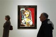 <p>Foto de archivo de gente pasando por delante de una pintura de Pablo Picasso antes de una subasta de Sotheby's en Nueva York. Oct 29, 2010. REUTERS/Lucas Jackson</p>
