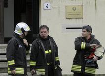 <p>Пожарные выходят из посольства Греции в Риме 27 декабря 2010 года. Подозрительные посылки были обнаружены в посольствах Дании, Монако, Греции и Венесуэлы в Риме в понедельник, сообщила полиция. REUTERS/Alessandro Bianchi</p>
