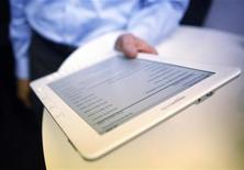 <p>Amazon.com dit avoir enregistré des ventes solides pour sa liseuse Kindle (photo) pendant la période des fêtes, en dépit de la concurrence croissante des tablettes multimédia qui permettent également de lire des livres électroniques, comme l'iPad d'Apple. /Photo d'archives/REUTERS/Eric Thayer</p>