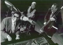 <p>Billy Taylor (e), Winard Harper (c) e Chip Jackson são vistos em foto publicitária sem data. Taylor, influente jazzista e compositor que introduziu o gênero a um novo público como apresentador de TV, professor e descobridor de talentos, morreu em Nova York de insuficiência cardíaca aos 89 anos. REUTERS/Cortesia de Jimmy Katz/Divulgação</p>